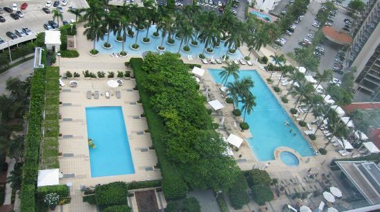 Four Seasons Hotel Miami: Looking down on pool