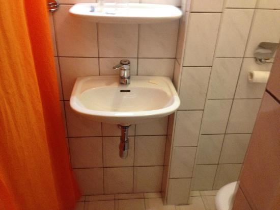 Freeland Hotel: El baño está limpio pero no es un lugar agradable