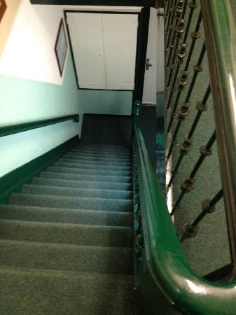 Freeland Hotel: tienes que subir tu equipaje por esta escalera