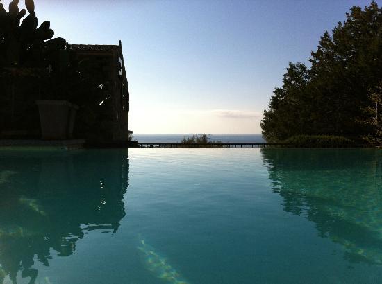 Littariccia: piscine a debordement avec vue sur Palombaggia