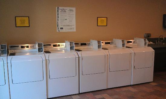 Crown Villa RV Resort: Laundry room