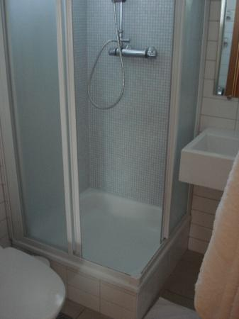 Hotel Odinsve: Spotless shower and bathroom