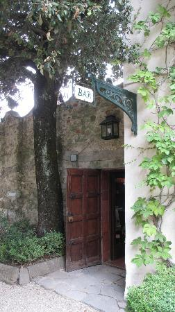 Villa Le Barone: Entrance to bar