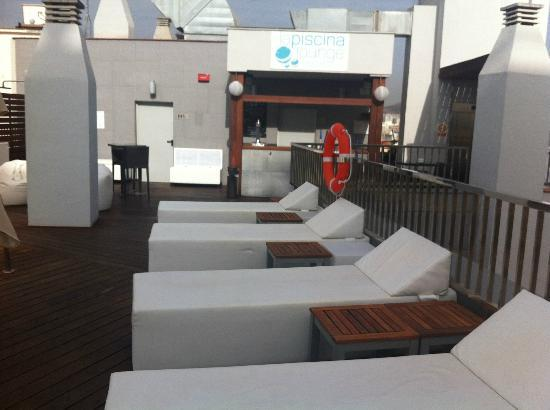 Hotel Molina Lario: Sunbeds at the rooftop pool