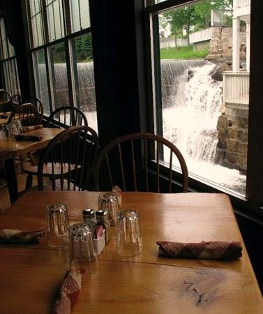Smokestack Grill: The view of the waterfall