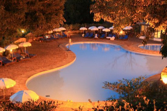 Hotel Fazenda Dona Carolina: Vista da Piscina a noite