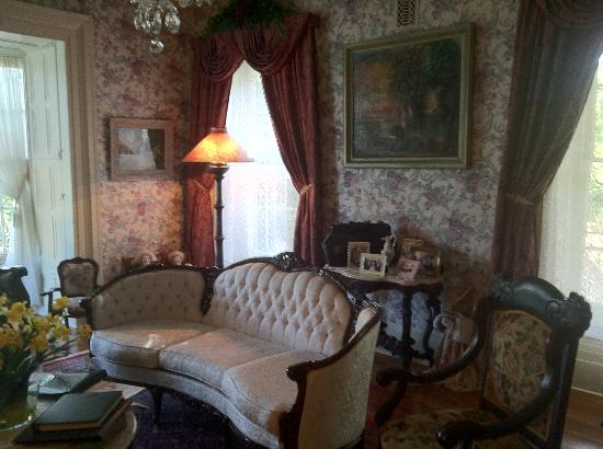 Doctor's Inn: Bright Victorian parlor