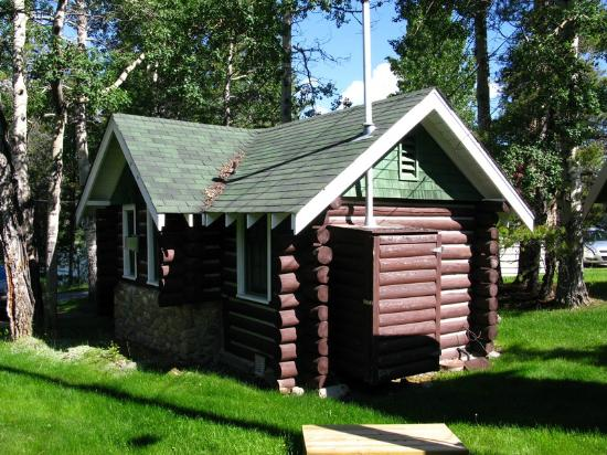 Patricia Lake Bungalows Resort: Cabin from the back