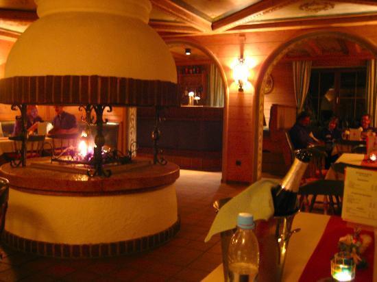Alpenhotel Denninglehen: Lobby at Night With Fireplace