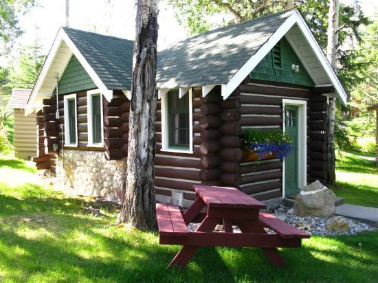 Patricia Lake Bungalows Resort: Cabin from the front