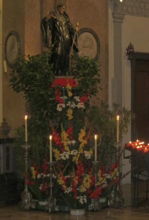 Basilika St. Mang: Statue of St Mang with candles placed on right of the church in front of the altar for Patronal