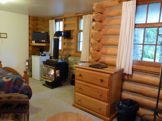 Patricia Lake Bungalows Resort: Across the little cabin