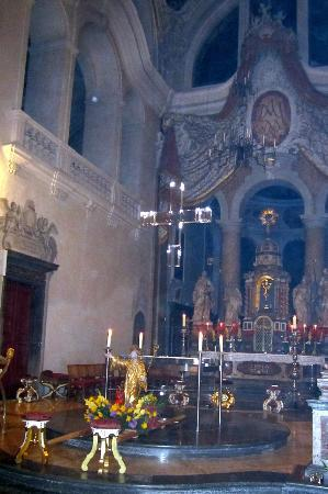 Basilika St. Mang: Seethrough cross above main altar.Contains Chalice,Staff,patern and relic of St Mang