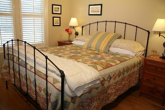 AppleGarden Cottage: King bed with cozy comforter