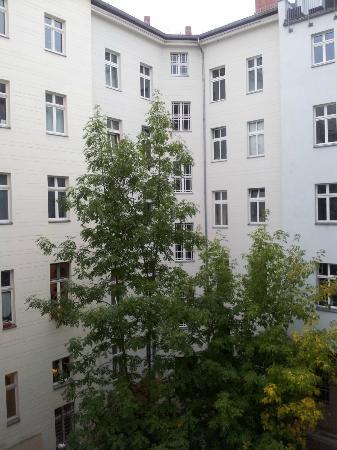 Homage Design Apartments: Vue sur la cour intérieure