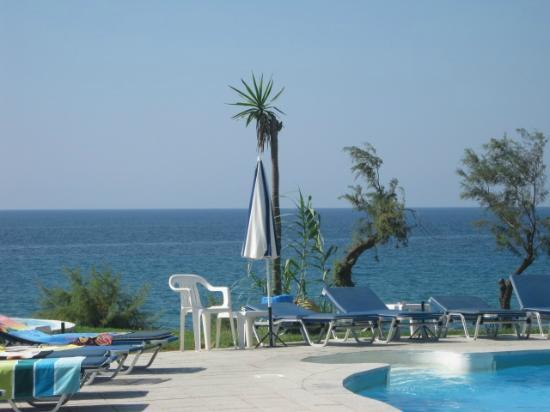 Ananias Studios & Apartments: The view out to sea from the pool