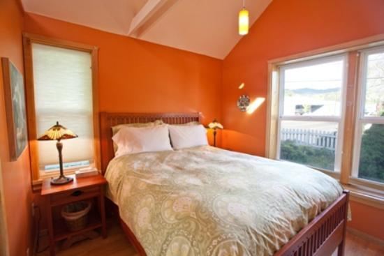 Blue Moon Bed and Breakfast: Cottage bedroom