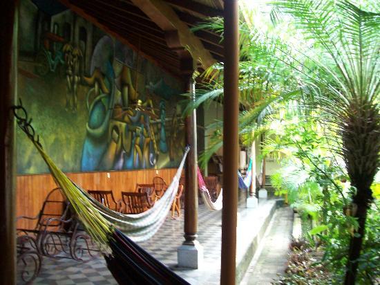 Hostel Oasis: Pasillo con hamacas (1)