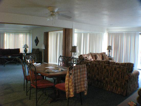 Treetops Village Four Seasons : livingroom