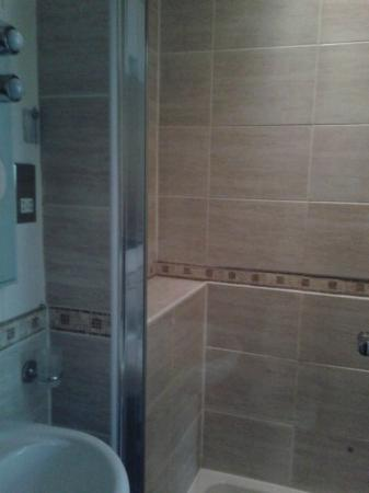 Hillcrest Guest House: Shower