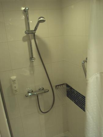Holiday Inn Express Folkestone Channel Tunnel: shower area