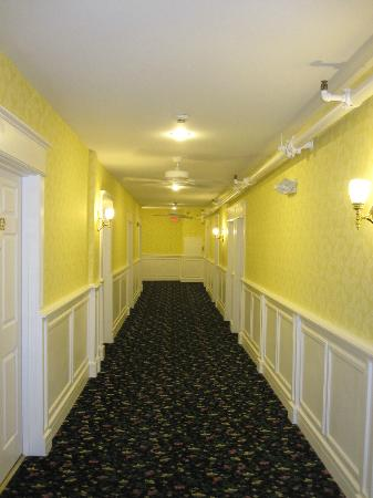 Chippewa Hotel Waterfront: Hallway to our room