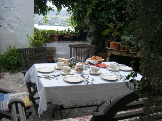 La Casa de Bovedas: Desayuno en el patio abierto