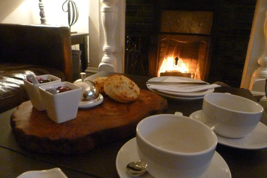No.20 Boutique Bed and Breakfast: On arrival, home made scones with coffee and tea in front of the fire