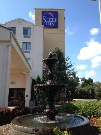 Sleep Inn University Place: Entryway fountain
