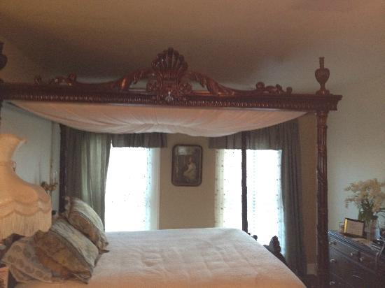 Homestead House Bed & Breakfast: Canopy Bed at Homestead House