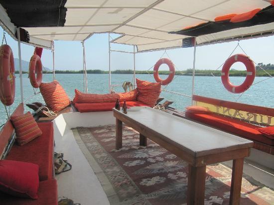 Sahil Restaurant: Comfy boat