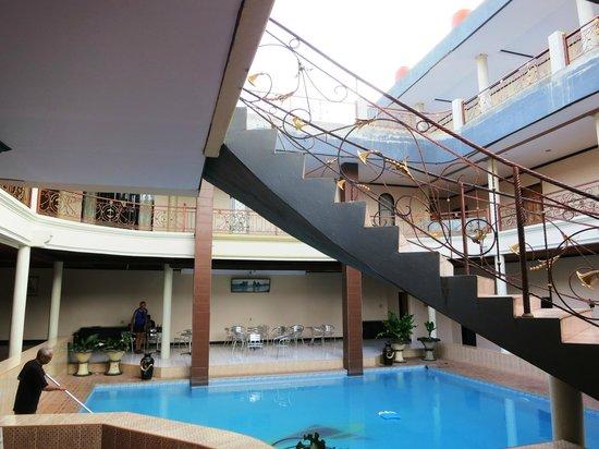 Pondok Eka:                   zwembad met omloop waar de kamers aan liggen.