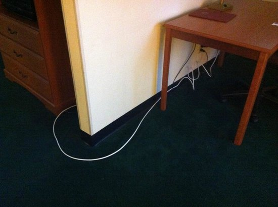 Best Western Monticello: wires to the TV just run on the floor