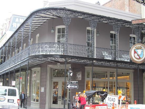 ‪بليس دو آرمز هوتل: Ornate railings on buildings in New Orleans