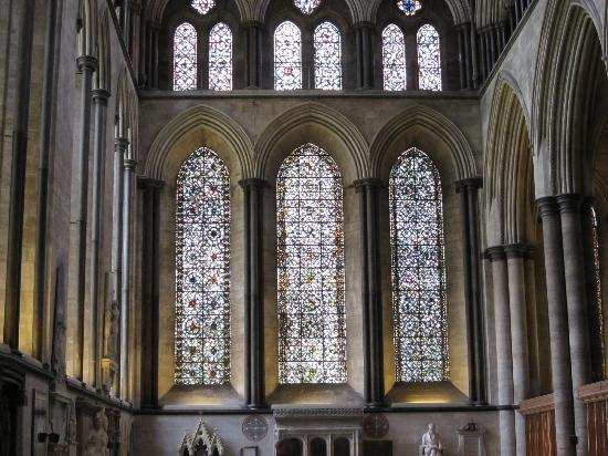 Солсбери, UK: Inside windows in Salisbury Cathedral
