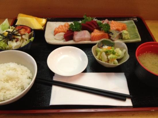 Iwase : ランチ 刺身定食 美味しい!