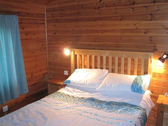 Hidden Valley Touring & Camping Park: One of the two Forrest Lodge Bedrooms
