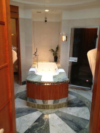 Grand Hotel: Badrummet, Jacuzzi samt Bastu