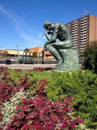 "Barrie, Kanada: Bronze cast of Auguste Rodin's ""The Thinker"" outside of the gallery."