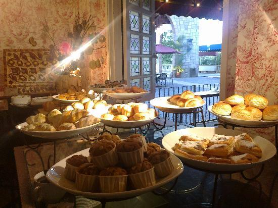 كولمار تروبيكالي: Buffet breakfast at Le Blasson 