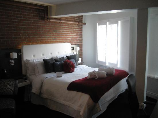 Hotel des Coutellier: Our room, view of bed