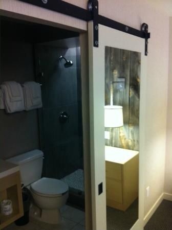 Hotel Paradox: Clean Bathroom