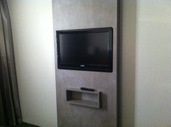 Hotel Restaurant L'Hotan : televiseur