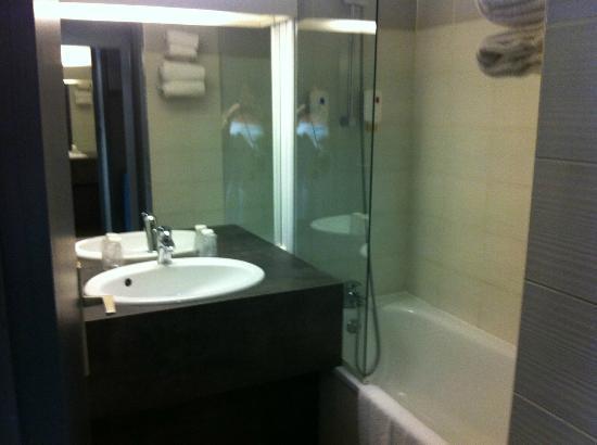 Hotel Restaurant L'Hotan : salle de bain