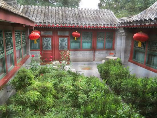 Lusongyuan Hotel: courtyard outside of rear seen from bathroom window