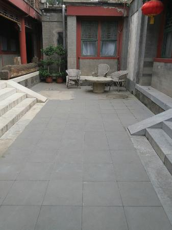 Lusongyuan Hotel: courtyard outside of room front door