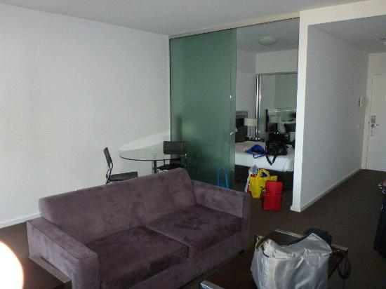 Chifley Apartments Newcastle: Big glass wall to bedroom
