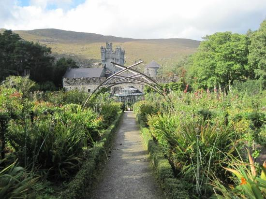 Castillo Glenveagh: Gardens with the castle in the background