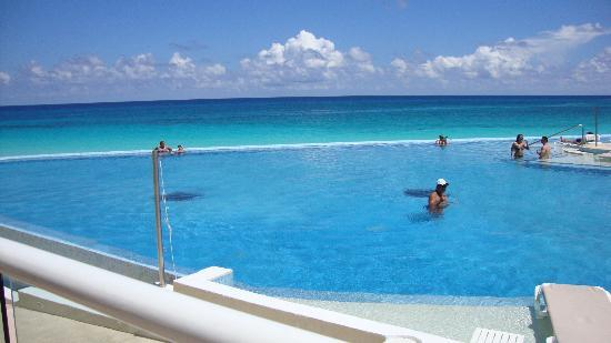 Infinity Pool Activity Picture Of Sun Palace Cancun