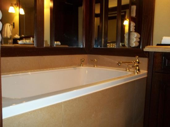 The Brazilian Court Hotel: AMAZING jetted tub